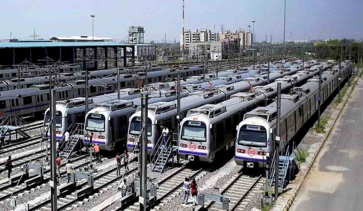 delhi metro slashes employees salary by 50%