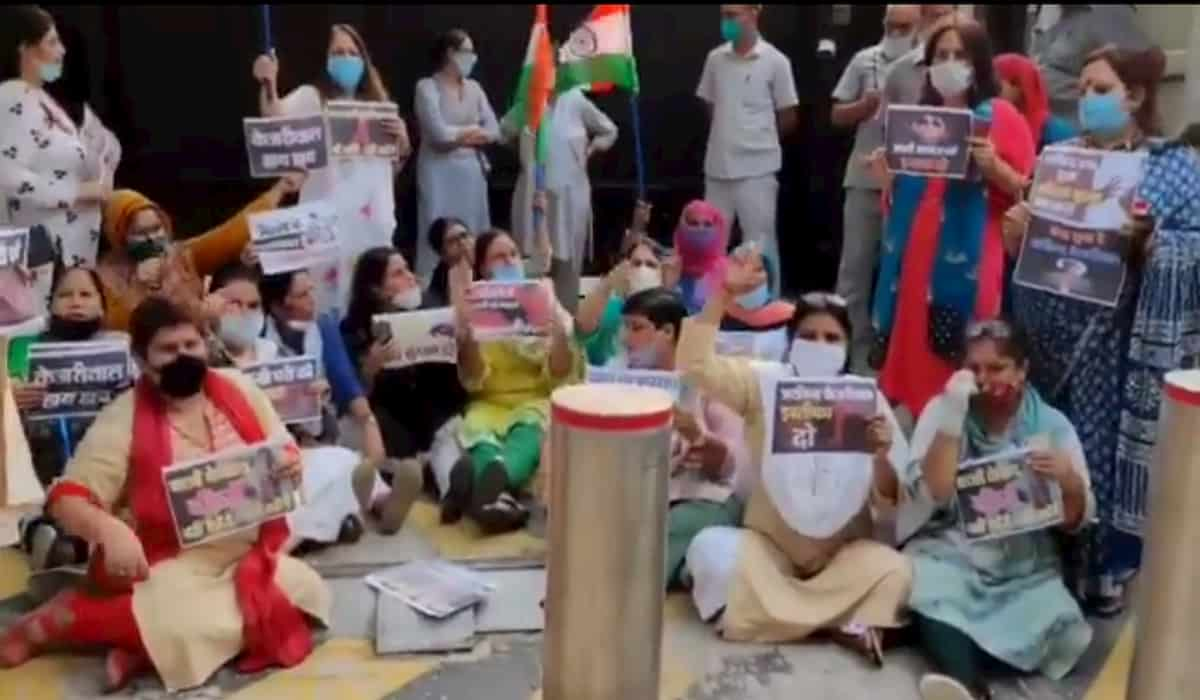 Mahila Congress Protested outside CM House