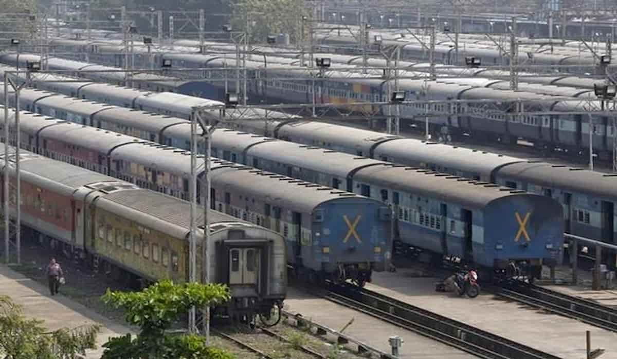 Railway Passengers dont wear Mask and Railways Does Not Care